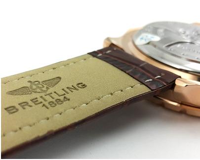 На внутренней, отделанной под замшу поверхности ремешка копии часов breitling, точь-в-точь, как у оригинала, красуется тисненый логотип с фирменной надписью