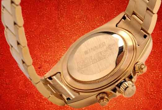 Браслет, выполненный из гипоаллергенный стали, собран из плоских трехрядных звеньев