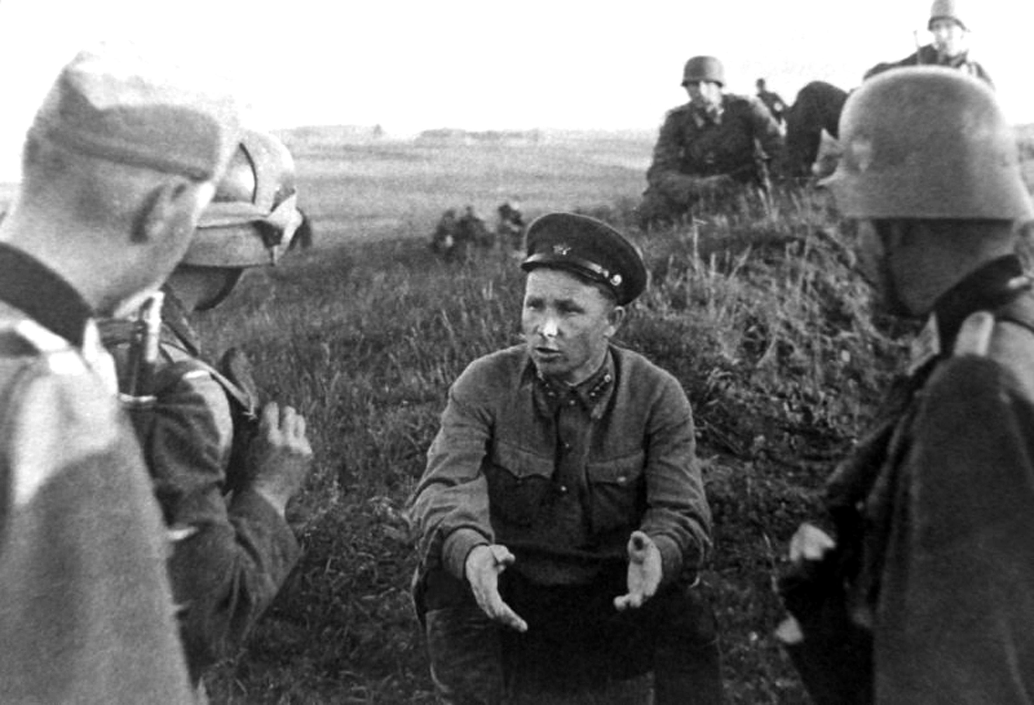 http://www.imageup.ru/img32/2639425/nemeckie-oficery-doprashivayut-sovetskogo-politruka-pogranichnika-popavshego-v-plen-v-raj.jpg