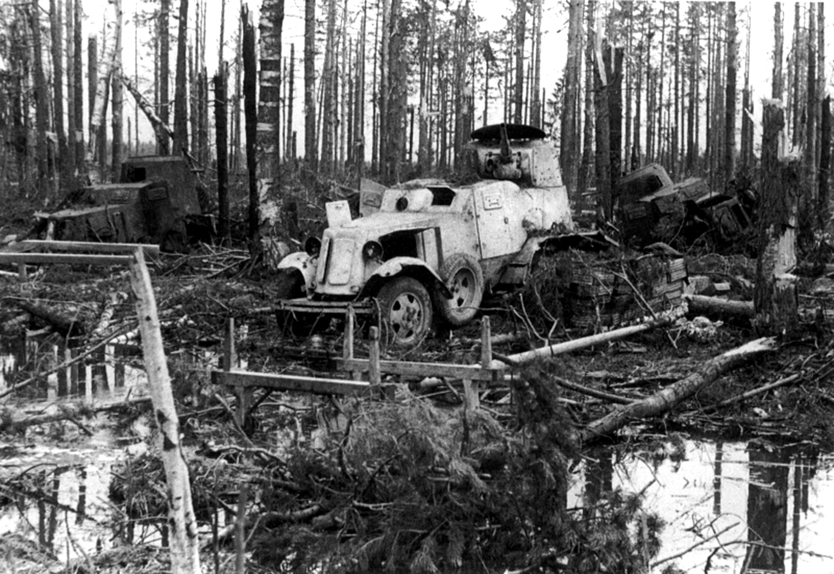 Советские бронеавтомобили ба-10, подбитые в лесу - фото воен.