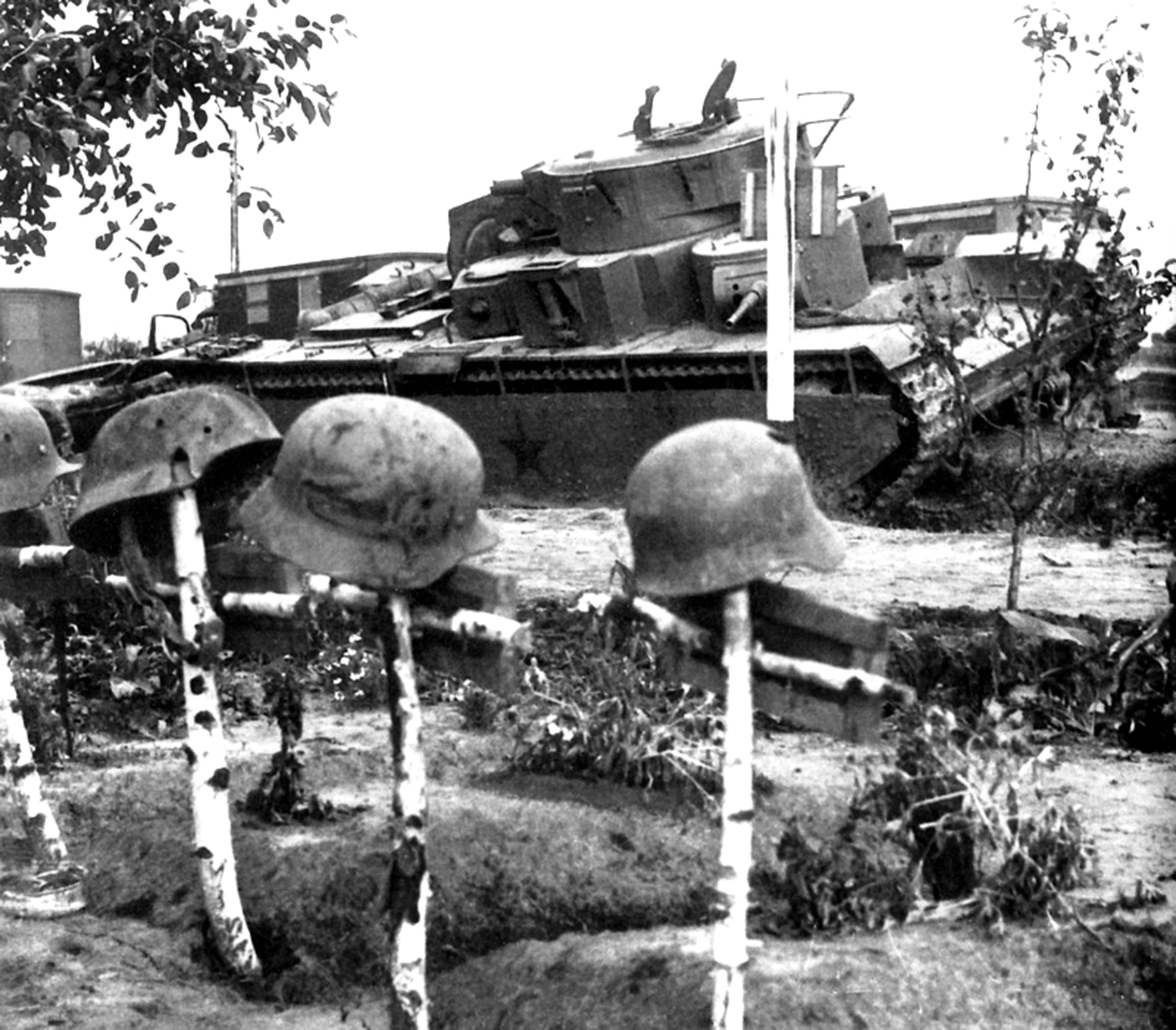 Фотографии тяжелого танка т-35 армии и солдаты. военная энци.